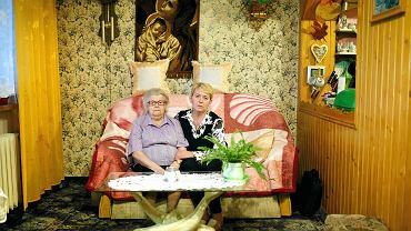 Pani Eleonora (z lewej) jest po trzech zawałach, ma wszczepiony rozrusznik serca. W jej mieszkaniu zameldowanych jest jeszcze pięć osób, m.in. córka Jolanta Rotko z mężem