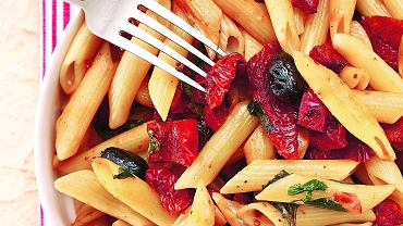 Penne z chorizo, czarnymi oliwkami i pomidorami