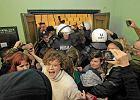 Jednak b�dzie proces policjanta za ra�enie anarchist�w paralizatorem