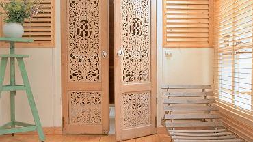 Ażurowe, misternie rzeźbione drzwi znajdziemy wsklepach zmeblami kolonialnymi lub na starociach. Ciekawostka: takie dekoracyjne skrzydła niektórzy wykorzystują jako zagłówek do łóżka.