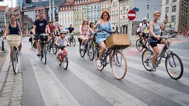 W niedzielę wrocławskie ulice opanowali rowerzyści. Miała bowiem miejsce największa impreza rowerowa w regionie - Wrocławskie Święto Rowerzysty. Jak co roku ulicami miasta przejechał wesoły wielotysięczny peleton rowerowy. To największa niesportowa impreza rowerowa w regionie, która ma na celu promowanie ruchu rowerowego jako doskonałego środka transportu, a także integrację środowisk miłośników rowerów. Formuła imprezy składa się z dwóch stałych elementów: wielkiego peletonu głównymi ulicami miasta przy dźwiękach muzyki i plenerowego Bajk Pikniku, który rozpoczął się o godz. 14 w Parku Stanisława Tołpy.