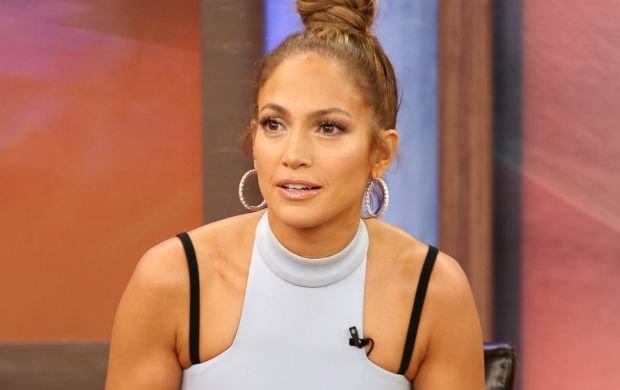 Lopez wygl�da�a seksownie. Ale pope�ni�a jeden b��d: usiad�a. Tego raczej nie chcia�a pokaza� (i wcale nie m�wimy o bieli�nie)