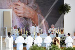 Ilu Polaków chodzi na mszę? Kościół pokazuje statystyki: pobożność na stabilnym poziomie