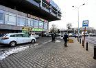 Miejskie s�upki odgradzaj� prywatny parking. Pasa�erowie pokonuj� slalom