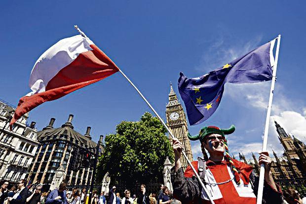 Na zdjęciu protest przed brytyjskim parlamentem kilka dni po referendum w sprawie Brexitu. 2 lipca 2016 r.