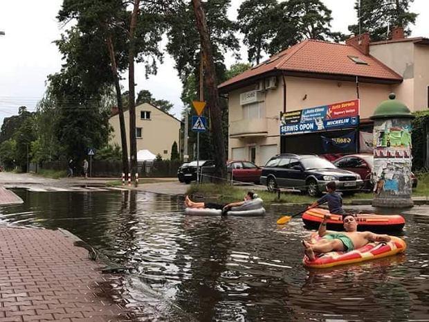 Otwock: zalane ulice. Mieszkańcy Otwocka wypłynęli na ulice na materacach, żeby zwrócić uwagę na problem.