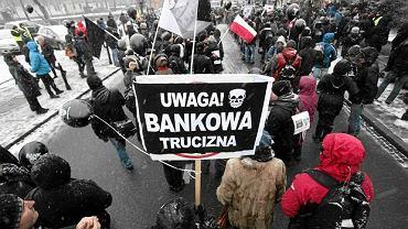 Demonstracja frankowiczów pod Sejmem, 15 stycznia 2016 r. Domagają się pomocy państwa w przewalutowaniu kredytów frankowych. Czy ich sytuację zmieni ustawa frankowa?