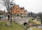 """Ludzie weszli do posiadłości Janukowycza. A tam luksusowa sauna, """"greckie"""" ruiny i drewniany okręt [ZDJĘCIA]"""