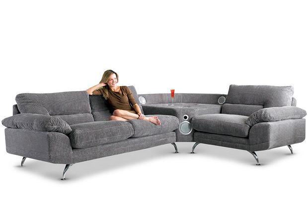 CSL Sound Sofa ma wbudowany zestaw trzech głośników oraz stację dokującą