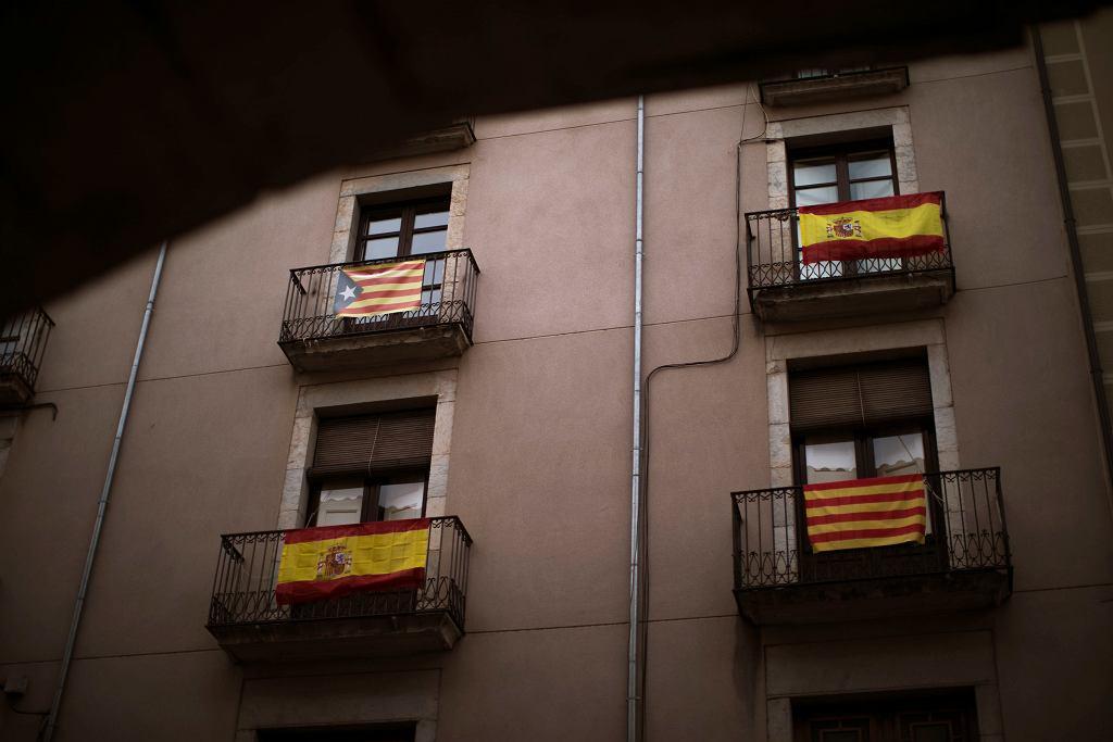 Flagi Katalonii i Hiszpanii - manifestacja sąsiedzka poglądów. Girona, Hiszpania, 13 grudnia 2017