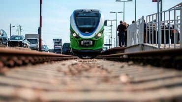 Fabrycznie nowy zespół trakcyjny Newag 222Ma na peronie dworca w Rzeszowie. Rusza w dziewiczą podróż do Głogowa Małopolskiego. 5 kwietnia 2018