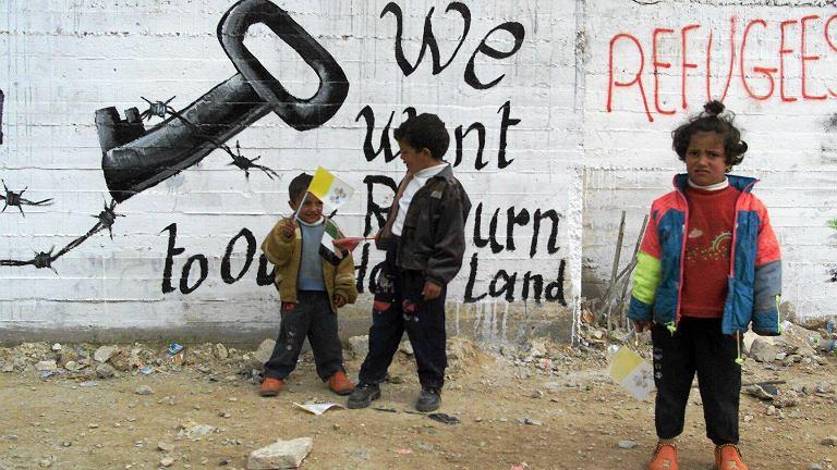 HRW alarmuje, że na izraelskich farmach w Dolinie Jordanu zatrudnione są setki palestyńskich dzieci. Na zdjęciu - mali Palestyńczycy w obozie Deheisze