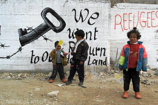 HRW alarmuje, �e na izraelskich farmach w Dolinie Jordanu zatrudnione s� setki palesty�skich dzieci. Na zdj�ciu - mali Palesty�czycy w obozie Deheisze