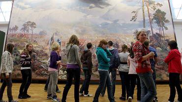 Wycieczka szkolna szkolna przed obrazem 'Panorama bitwy pod Grunwaldem' w Muzeum na Zamku w Lublinie, 28 maja 2010 r.