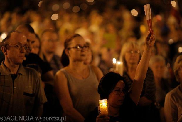 Zdjęcie numer 84 w galerii - Tłumy przed Sądem Okręgowym w Łodzi. Kolejny dzień protestów przeciwko zmianom PiS w sądownictwie [ZDJĘCIA]