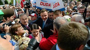 Wybory prezydenckie 2015. Andrzej Duda w Szczecinie. Kandydat PiS przemiawiał przed bramą zlikwidowanej Stoczni Szczecińskiej