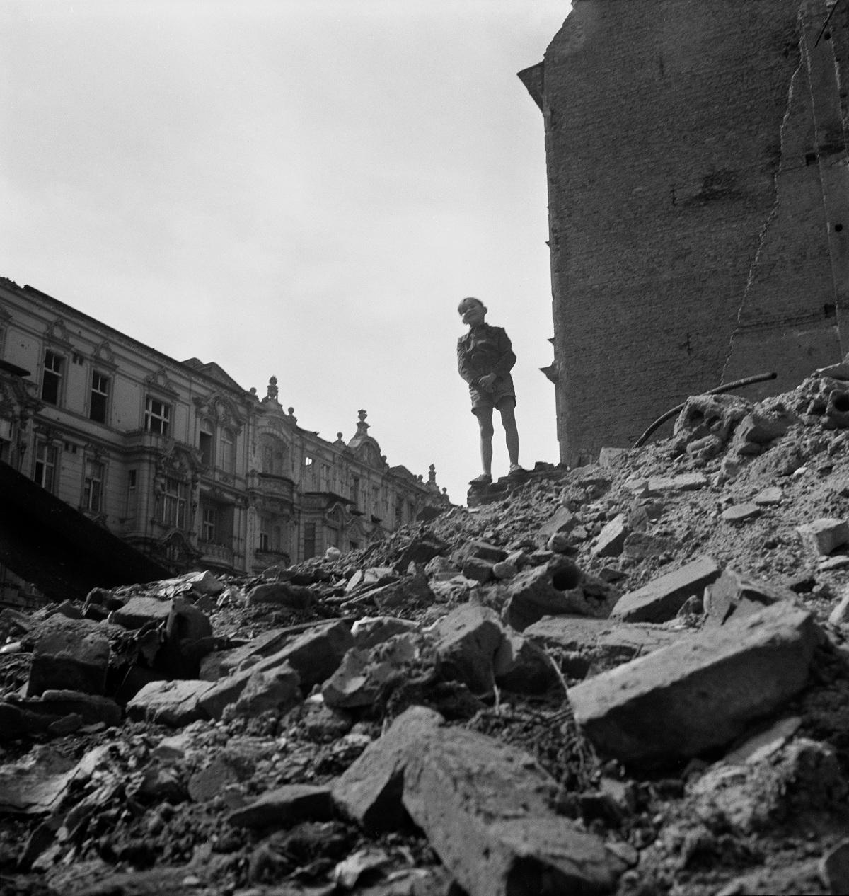 Chłopiec stojący na stercie gruzu, Berlin], 1947 (fot.  Mara Vishniac Kohn, dzięki uprzejmości  International Center of Photography)