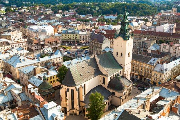 Najważniejszą rzymskokatolicką świątynią w mieście jest tzw. Katedra Łacińska, której budowę zainicjował w 1370 r. polski król Kazimierz Wielki. Fot. De Visu  / shutterstock.com