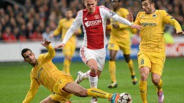 Akradiusz Milik walczy z obron� PSV. A w Anglii fina� pucharu. Na razie Chelsea w opa�ach!