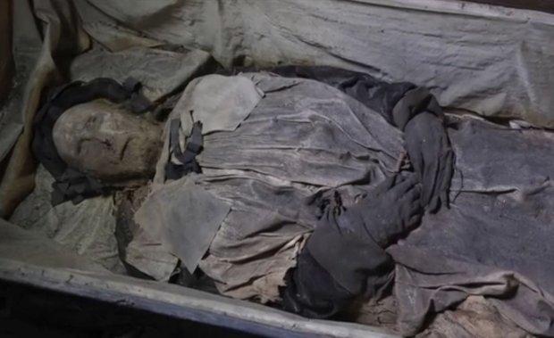 Tajemnicze znalezisko w Szwecji. Obok mumii biskupa odkryto zw�oki sze�ciomiesi�cznego p�odu
