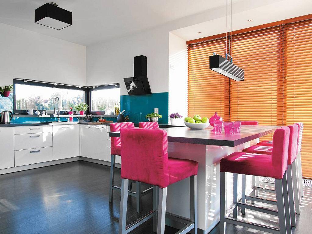 Zamiast wprowadzać stół, specjalnie rozbudowano zabudowę kuchenną