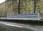 Miasto wiesza baner: Kierowco, nie parkuj na �cie�ce!