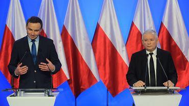 Prezes Jarosław Kaczyński i jego ówczesny partyjny podwładny Andrzej Duda podczas konferencji po posiedzeniu zarządu PiS. Warszawa, 12 grudnia 2014