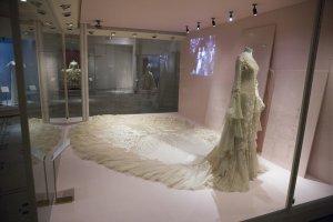 Najpi�kniejsze suknie �lubne arystokratek i gwiazd pop-kultury - wystawa w londy�skim Victoria & Albert Museum