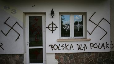 Meczet w Białymstoku w sierpniu 2007 r. Większość przestępstw na tle rasistowskim i z pobudek ksenofobicznych to napisy na murach