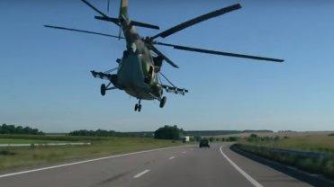 """Bojowy helikopter 3 metry nad autostrad�. """"Chcia�bym znale�� si� na pok�adzie"""" [WIDEO]"""