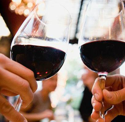 Dwa kieliszki wina przed snem... odchudzają! Badania to potwierdzają