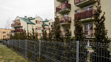 Ogrodzenie wokół bloków przy ul. Fredry