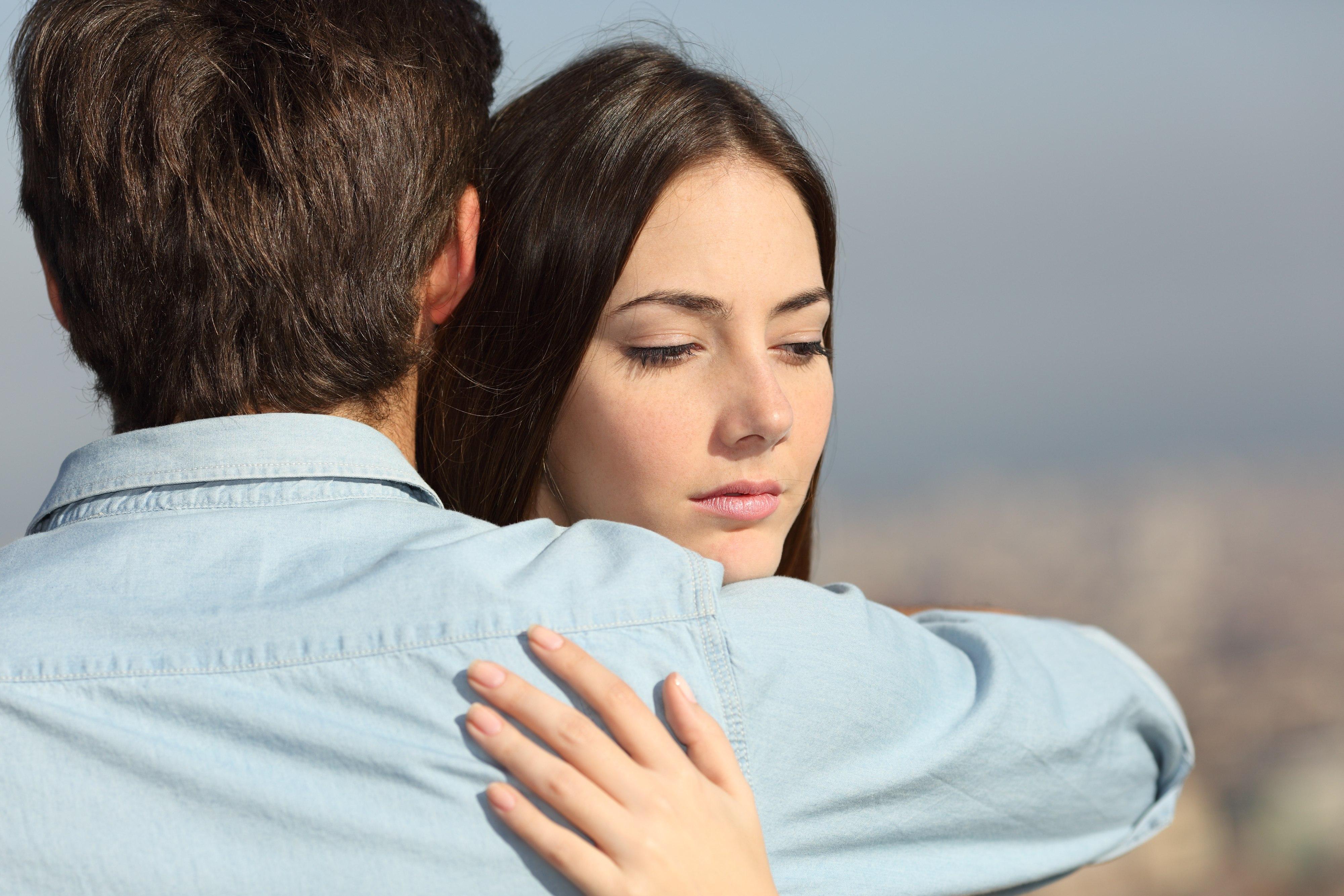 Lęk przed bliskości to często tak naprawdę lęk przed emocjami, które ta bliskość może wyzwolić (fot. Shutterstock.com)