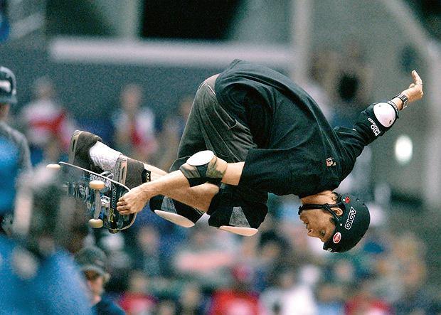 Tony Hawk mając 42 lata wykonł dwa i pół obrotu na desce w czasie lotu nad halfpipe'em