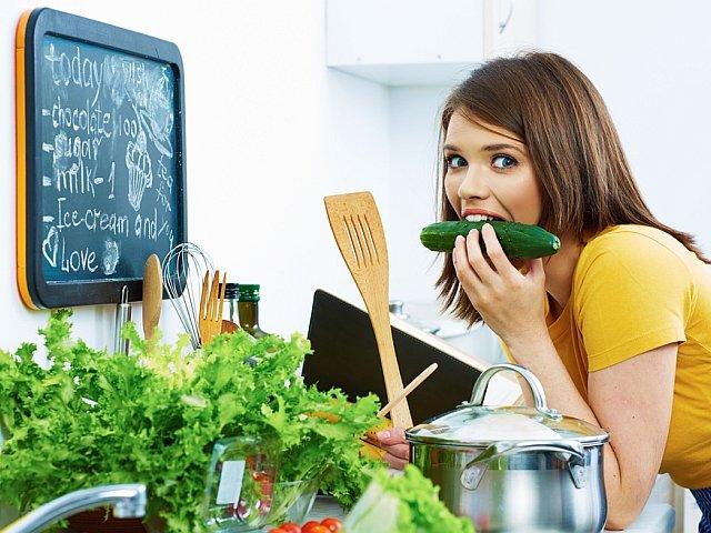 Aby zachować jak najwięcej wartości odżywczych z owoców i warzyw powinniśmy je gotować, piec lub smażyć jak najkrócej.