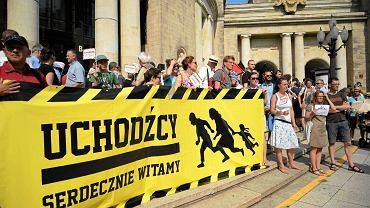 Manifestacja poparcia dla przyjęcia uchodźców 'Chlebem i solą - Polacy witają uchodźców'