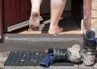 Zdejmowa� buty w go�ciach czy nie? Ekspert od savoir vivre'u wyja�nia