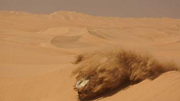 Na naszych oczach samochód Krzysztofa Hołowczyca wbija się w piach wydmy