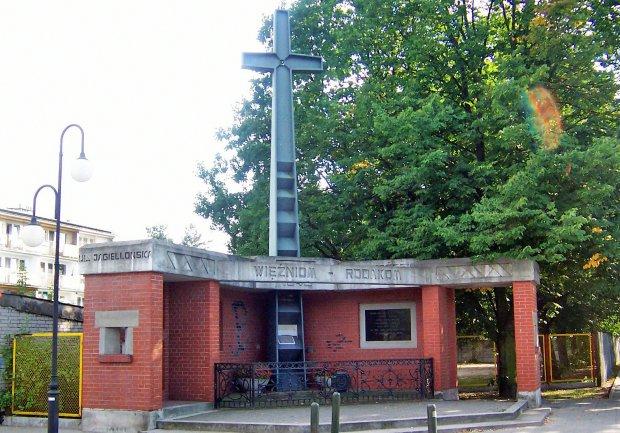 Pomnik postawiony w 50. rocznicę ataku na łagier w Rembertowie ku czci pomordowanych tam ofiar.