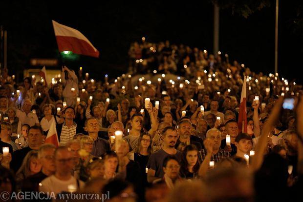 Zdjęcie numer 83 w galerii - Tłumy przed Sądem Okręgowym w Łodzi. Kolejny dzień protestów przeciwko zmianom PiS w sądownictwie [ZDJĘCIA]