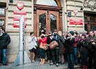 Protest Filharmonik�w. Przyszli pod urz�d z rakiet� Zegzda 1