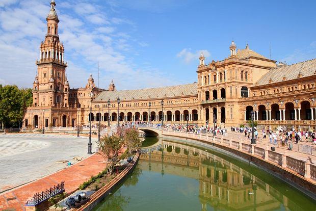 Sewilla. Sewilla jest stolicą i głównym miastem Andaluzji. Na każdym kroku widać jej dawną potęgę - monumentalne budowle zaskakują przepychem i bogactwem zdobień. Miasto jest najgorętsze w całej Hiszpanii pod względem średniej temperatury powietrza. Centrum miasta jest imponujący plac - Plaza de Espana. Po ulicach suną dorożki, na skwerach lśnią fontanny, na  trawnikach odpoczywają mieszkańcy i turyści - Sewilla to bardzo przytulne miasto.