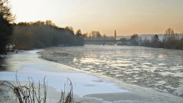 Pomimo mrozu, l�d na rzekach i zbiornikach jest bardzo niebezpieczny