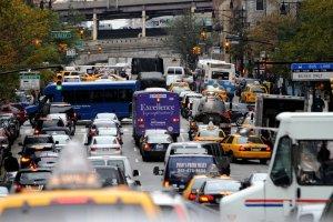 Walczą z kierowcami, ustawiają fałszywe znaki drogowe. Chcą, żeby auta po Nowym Jorku jeździły wolniej