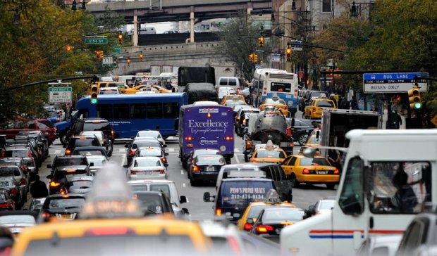 Walcz� z kierowcami, ustawiaj� fa�szywe znaki drogowe. Chc�, �eby auta po Nowym Jorku je�dzi�y wolniej