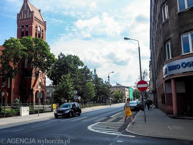 Zdjęcie numer 0 w galerii - Główna ulica kolejowej dzielnicy. Chodzimy prawie dom po domu [FOTOSPACER]