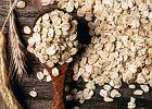Płatki owsiane produkowane są z ziaren owsa. Ziarno jest oczyszczane, obłuskiwane, ewentualnie krojone, prasowane (płatkowane), a także ewentualnie poddawane zabiegom hydrotermicznym (parowym).