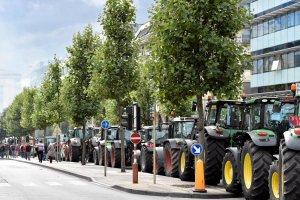 Wiesz, jak skuteczna jest armatka wodna? Starcie rolnik�w z policj� w Brukseli poka�e ci to najlepiej [WIDEO]