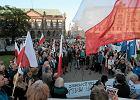 """Demonstracja w Poznaniu przeciwko zamachowi PiS na Sąd Najwyższy. Kilkaset osób skandowało: """"Konstytucja!"""""""