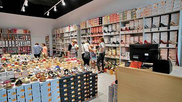 Top Shop, Ray Obuwie (na zdjęciu) i Żabka - to sklepy, które w czerwcu i lipcu otworzyły się w bydgoskiej Galerii Pomorskiej. Lada dzień dołączy do nich KiK. Pierwszy oferuje różności do domu, drugi - jak sama nazwa wskazuje - buty, trzeci - wiadomo - produkty spożywcze, czwarty zaś głownie tekstylia. Wszystkie są czynne w godzinach funkcjonowania centrum handlowego przy ul. Fordońskiej 141: od poniedziałku do piątku między 9 a 21, a w niedziele od 10 do 20